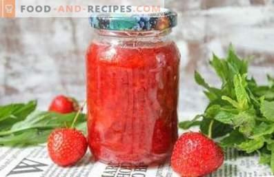 Aardbeien, geraspt met suiker voor de winter