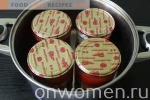 Tomaten mit Scheiben mit Zwiebeln und Butter für den Winter