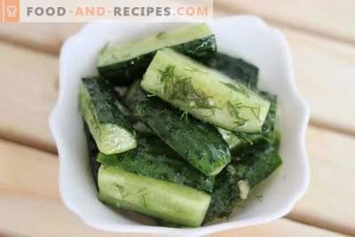 Gesneden komkommers met instant mosterd