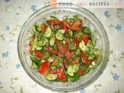 Salades met tomaten en komkommers
