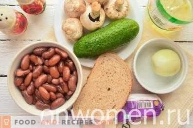 Салата с фасул, бисквити и печурки