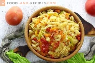 Pasta met groenten in een pan