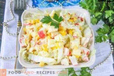 Salade met kool, mais en krabstokken