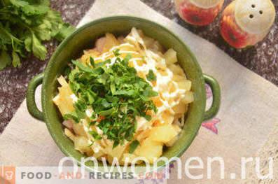 Salade met gerookte kip, ananas, kaas, ei